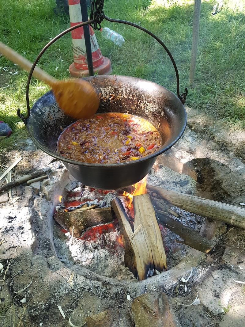 Chili con Carne über dem Feuer