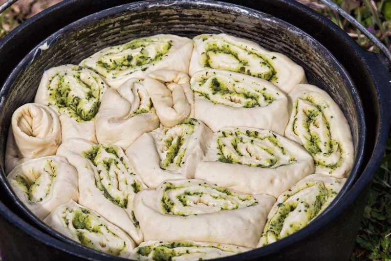 Zupfbrot Zubereitung im Dutch Oven